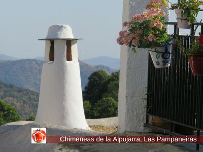 Las Pampaneiras, Chimeneas de la Alpujarra suelen ser rematadas con un gorro.