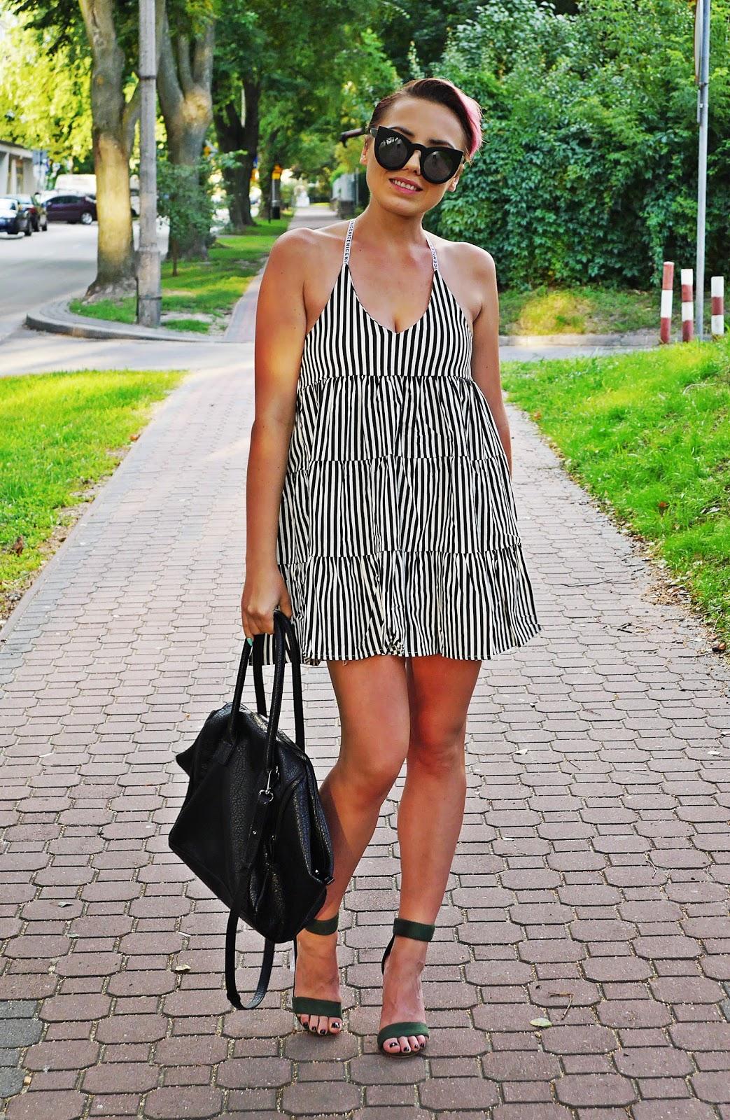 oversizowa_sukienka_w_pasy_zielone_sandaly_na_przezroczystym_slupku_karyn_blog_010817