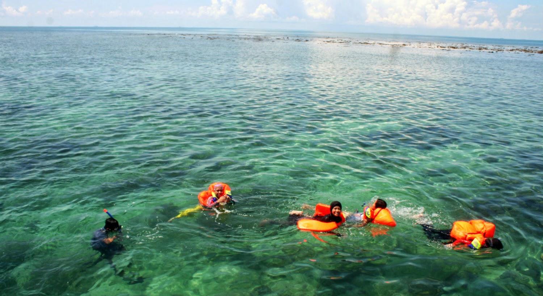 di kalimantan selatan ini sangat banyak terdapat wisata pantai yang bisa di nikmati selian menawarkan