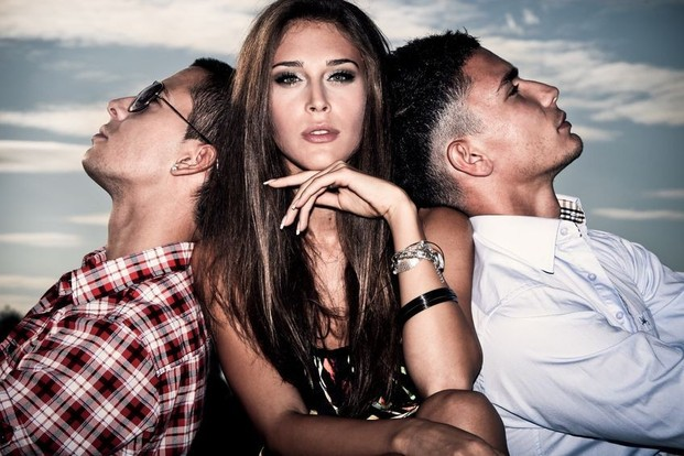 Красивая девушка и 2 парня в хорошем качестве фотоография
