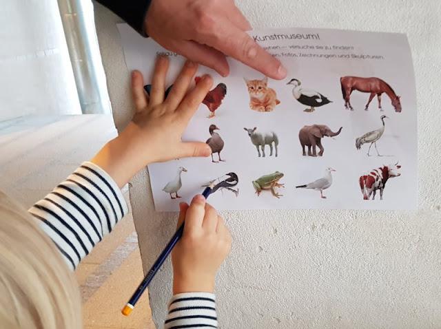 Bornholm mit Kindern im Herbst. Teil 3: 10 tolle Ausflugsziele für Familien auf Dänemarks Sonneninsel. Im familienfreundlichen Kunstmuseum können die Kinder auf Tiersafari gehen.
