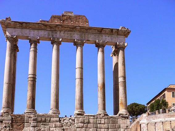 Columnas jonicas del templo de Saturno en el foro romano en Roma