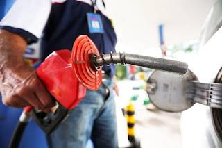 É perigoso usar celular perto de bomba de gasolina? Desvende mitos que agitam a web