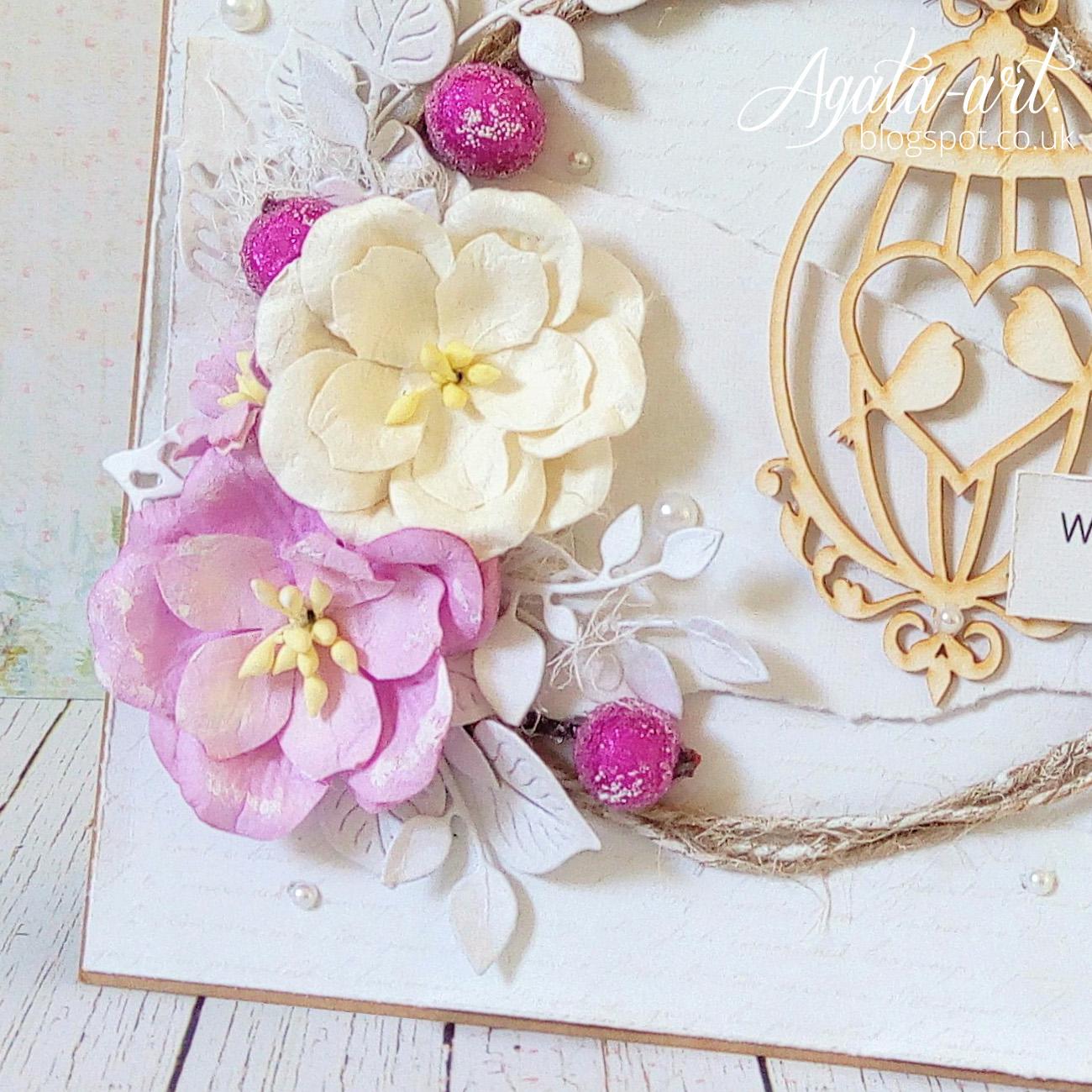 Beżowa kartka ślubna z fioletowymi dodatkami