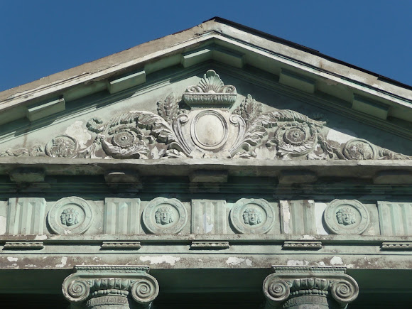 Прелестное. Дворец Бантыша. 1837 г. Фасад здания. Барельефы