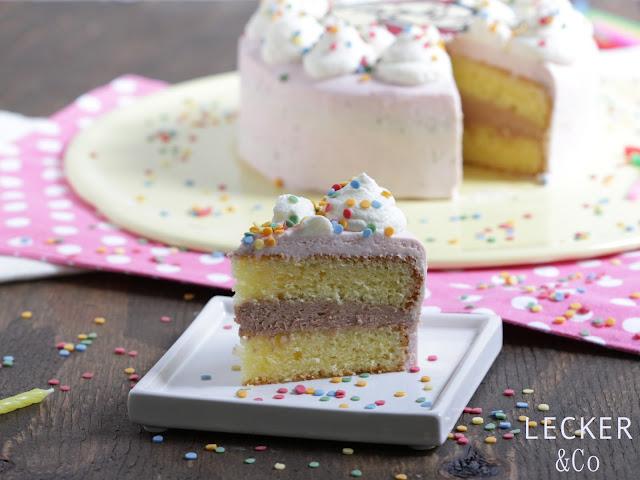 Ein STück Töröö Torte mit der restlichen Torte im Hintergrund