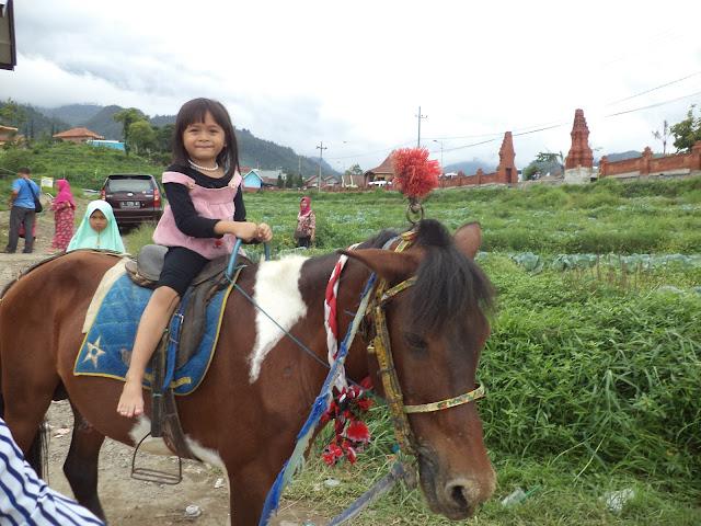 Mengelilingi wisata Taman Kelinci dengan berkuda