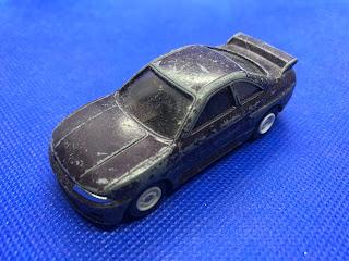 日産 スカイライン GT-Rのおんぼろミニカーを斜め前から撮影