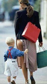 Niño quitandole el vestido a Mamá