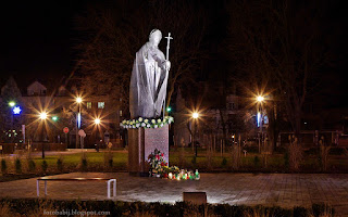 http://fotobabij.blogspot.com/2015/12/puawy-noca-skwer-jana-pawa-ii-pomnik.html