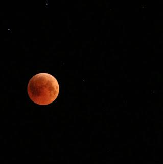 - صورة الخسوف القمر الدموي :
