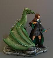 modellino fantasy personalizzato donna con drago verde cake topper speciali orme magiche