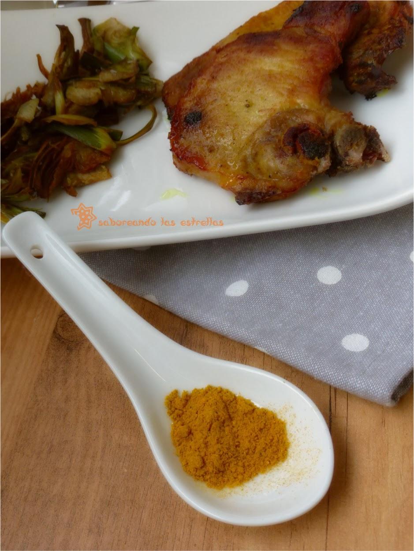 Chuletas de aguja de cerdo al garam masala, sirope de arce y chips de alcachofas
