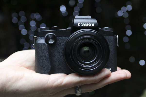 Canon PowerShot G1 X Mark III на ладони