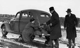Супруги Адамс, сопровождавшие писателей в путешествии, и Евгений Петров. Фото: Илья Ильф