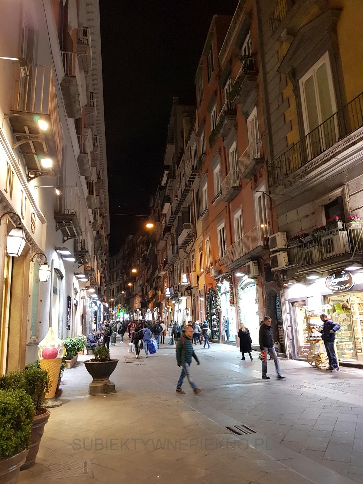 Neapol Włochy miasto nocą nie śpi