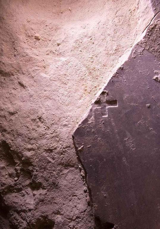 Santo Sepulcro a pedra escura com uma cruz é a laje dos cruzados. A pedra clara é do túmulo original. Sobre ela foi depositado Jesus morto e nela ressuscitou
