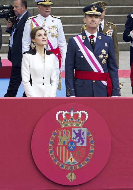 King Felipe and Queen Letizia attended the Armed Forces Day Homage 2016 (Día de las Fuerzas Armadas) in Madrid. Queen Letizia wore Felipe Varela dress, Magrit Shoes, Spring Summer 2016 dress
