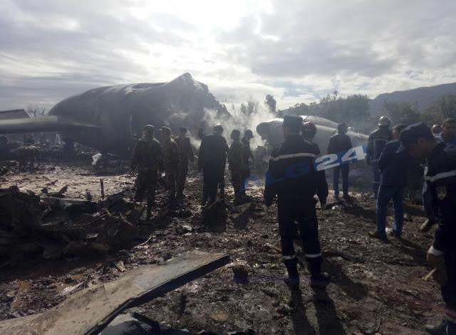 O avião destruido sem sobreviventes e militares no local