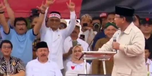 Gebrak Podium Berkali-kali, Prabowo Ditenangkan Amien Rais