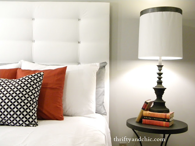 DIY簇绒床头板。超级易于使用人造塔夫斯,所有的价格低于20美元!