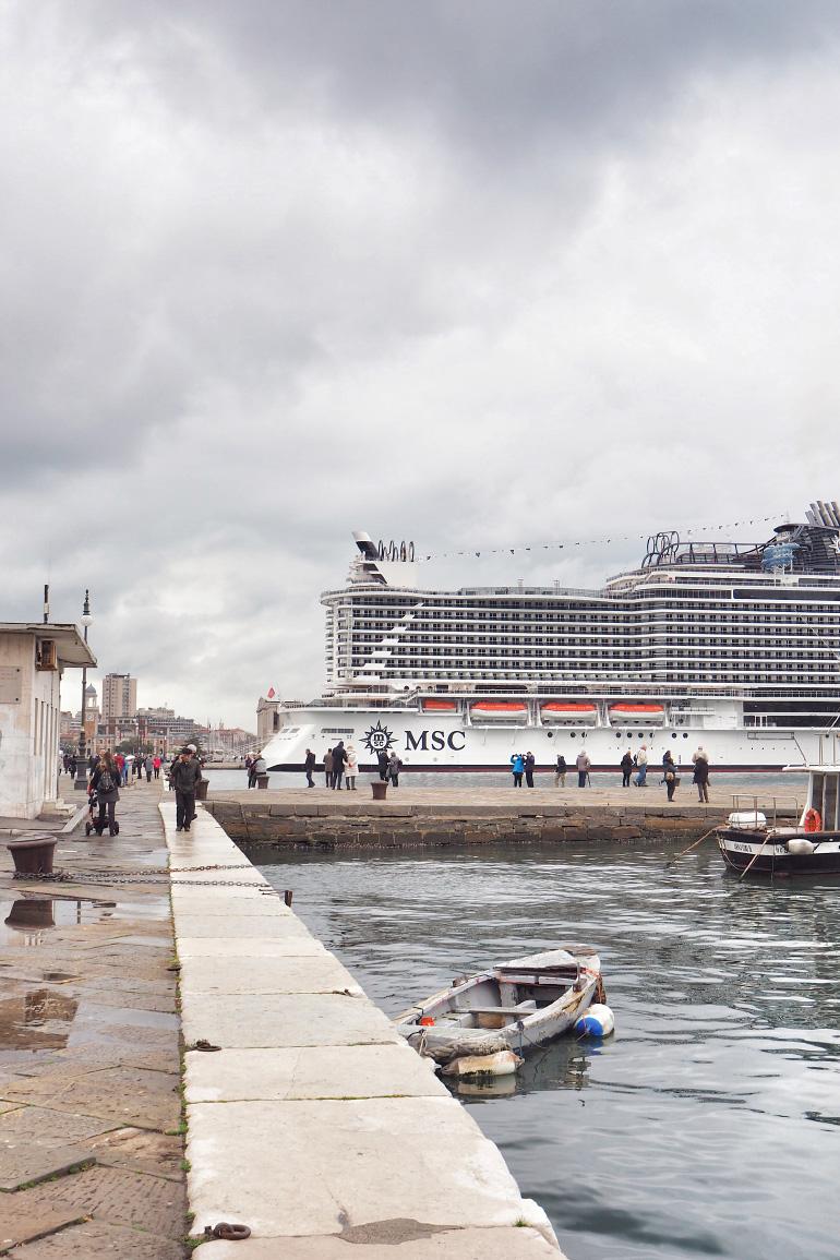 Navire de croisière MSC Seaside au port de Trieste en Italie