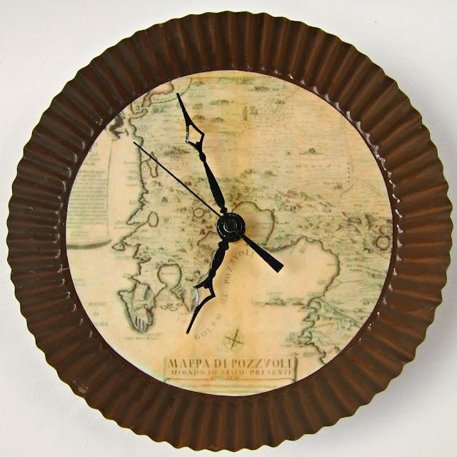 Relógio de parede feito com mapa antigo