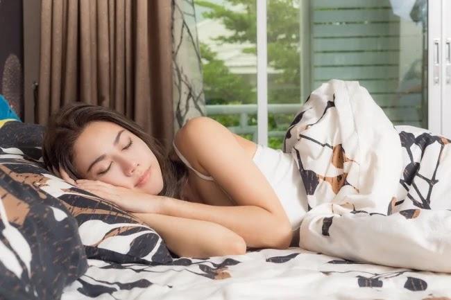 Tidur miring ke samping atau posisi yearner
