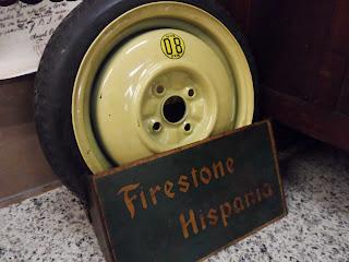 Neumatico vintage y cartel de firestone, feria de antiguedades de Burgos