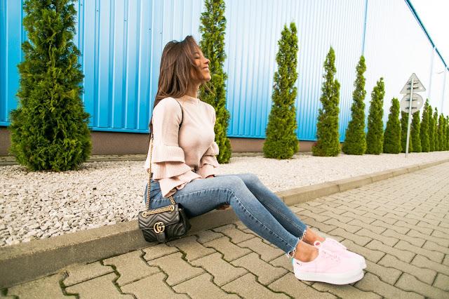 Buty na wysokiej podeszwie oraz sweter z falbanami - Czytaj więcej