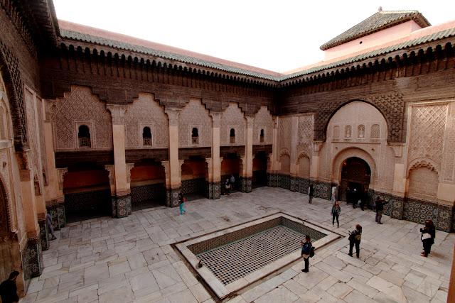 Vistas del patio interior desde el primer piso de la Madrasa Ali Ben Youssef