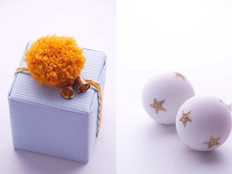 Weihnachtsgeschenke kreativ verpacken mit Tapetenmustern, Bommeln und Glöckchen in eisblau + senfgelb   DIY