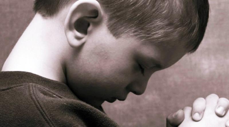 Menino orando a Deus