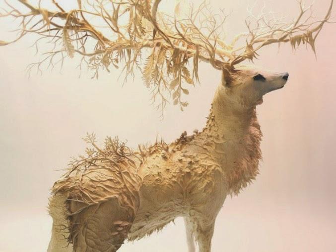 escultura que mezcla plantas y animal