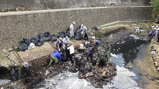 Gotong Royong  atau Kerja Sama Untuk Membersihkan Sungai Dari Sampah