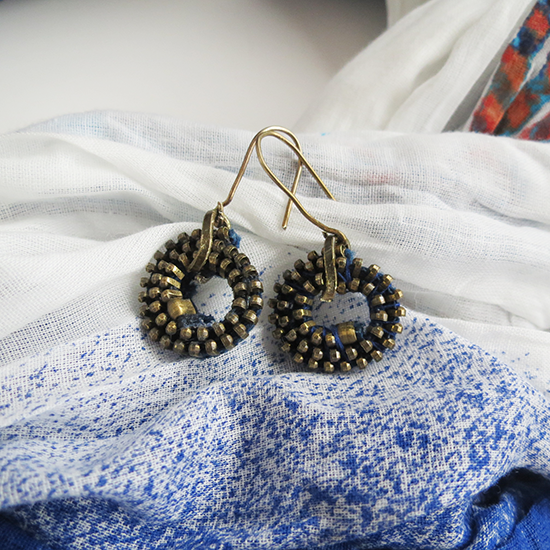 http://www.ohohblog.com/2014/05/diy-zipper-earrings.html