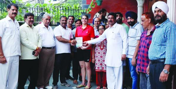 पार्षद मनोज नासवा और भारतीय पंचनद सेना पंजाबी सभा ने नेशनल बैडमिंटन खिलाड़ी नुपुर वधवा का जोरदार स्वागत किया