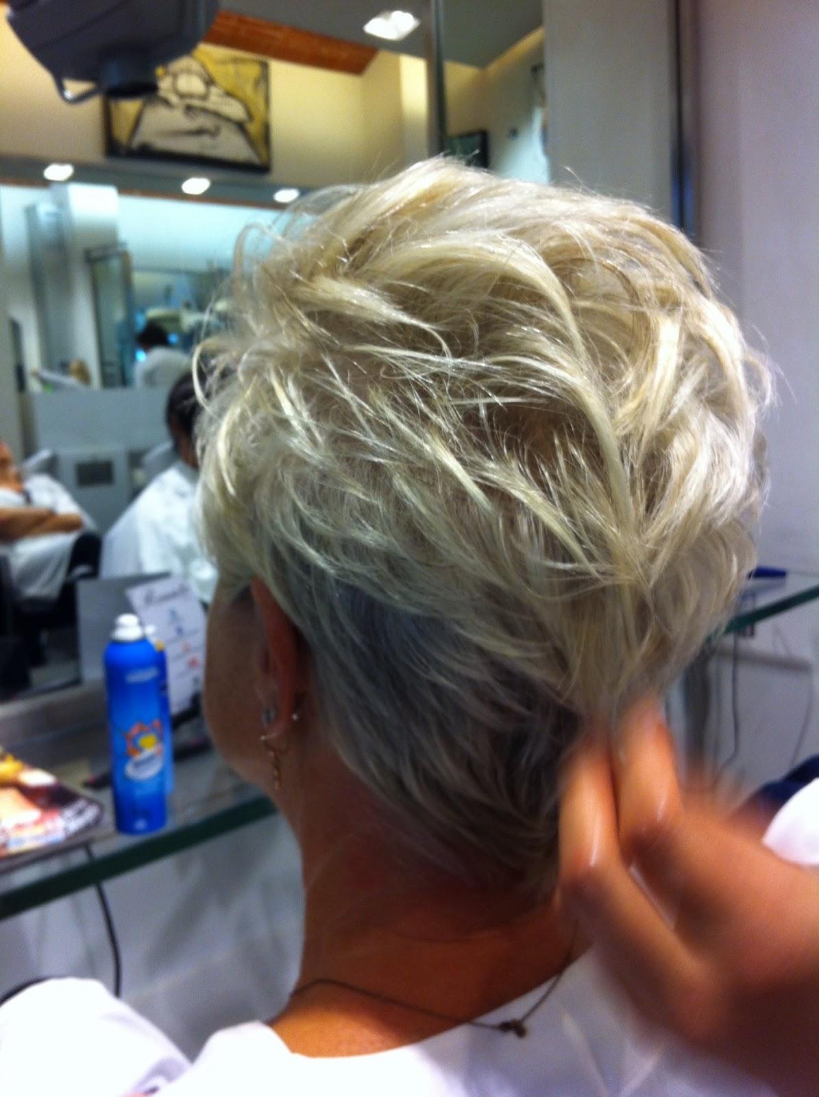 Colpi di sole biondi su capelli bianchi – Frangia capelli c1162dfa375b
