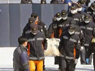 «Ξύπνα, σε παρακαλώ» – Ραγίζουν καρδιές στη Ν. Κορέα με τις σορούς από το ναυάγιο να φτάνουν στην ακτή