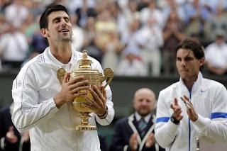 Novak Djokovic alza la Copa de campeón del torneo de tenis Grand Slam de Wimbledon (Inglaterra)