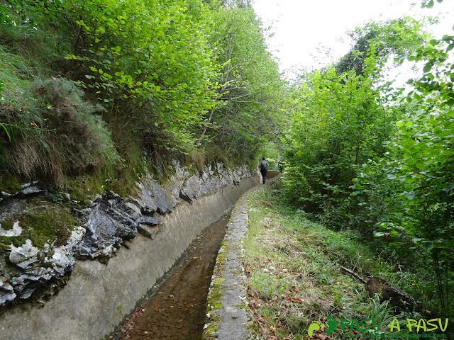 Canal de Reñinuevo: Caminando sobre el muro