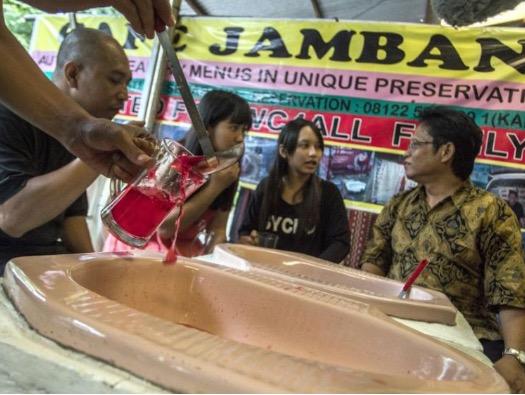 'Cafe Jamban' Unik Tetapi Menjijikkan