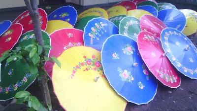 Payung tradisional dan payung modern