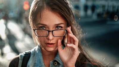 Chica con gafas y mirada fija en la cámara