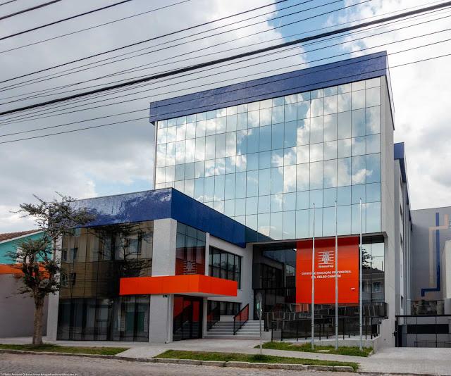 Edifício na Rua Paula Gomes com fachada em vidro