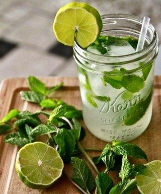 água saborizada com limão e hortelã