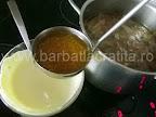 Supa de ciuperci preparare reteta - punem in smantana zeama fierbinte din oala
