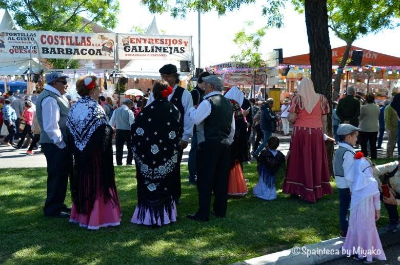 Fiestas San Isidro en Madrid マドリードのサンイシドロ祭りで民族衣装を着る地元人