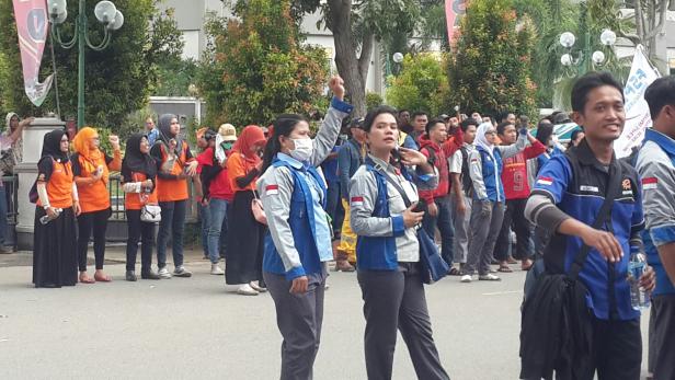 Semangat Massa Buruh  Menuntut Kinerja Walikota Batam Dan Sistem Pengupahan Yang Layak