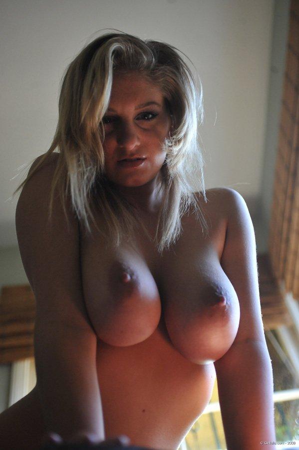 foto bugil model bule sensual toket gede sedang pose seksi telanjang di atas sofa
